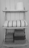 Zwart-witte handdoeken op plank Royalty-vrije Stock Afbeeldingen