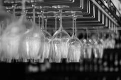 Zwart-witte hangende glazen Royalty-vrije Stock Foto