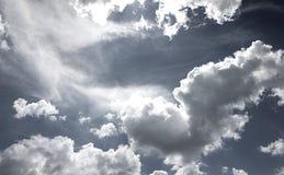 Zwart-witte hemelwolken Royalty-vrije Stock Afbeeldingen