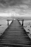 Zwart-witte houten brug Royalty-vrije Stock Afbeeldingen