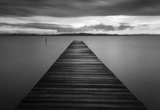 Zwart-witte houten pier Stock Afbeeldingen