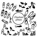 Zwart-witte inktschets De inzameling van vrouwen` s schoenen: vlakten, pompen, hielen, wiggen, sandals, flatform, muilezels Vecto vector illustratie