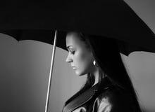 Zwart-witte jonge vrouw met paraplu Royalty-vrije Stock Foto