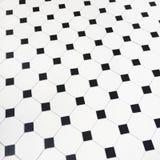 Zwart-witte keramische tegelsvloer Stock Afbeeldingen