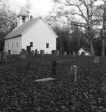 Zwart-witte kerkbegraafplaats Stock Afbeelding