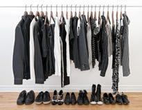 Zwart-witte kleren voor de mens en vrouw Royalty-vrije Stock Afbeeldingen