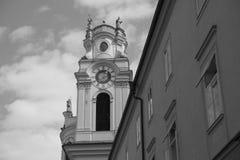 Zwart-witte klokketoren stock afbeelding