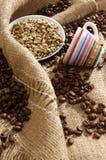 Zwart-witte koffiebonen stock foto