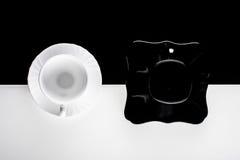 Zwart-witte koffiekoppen met platen Royalty-vrije Stock Afbeeldingen