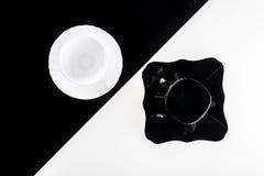 Zwart-witte koffiekoppen met platen Royalty-vrije Stock Fotografie