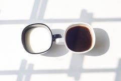 Zwart-witte kop van melk, koffie op natuurlijke achtergrond, hoogste mening Stock Foto's