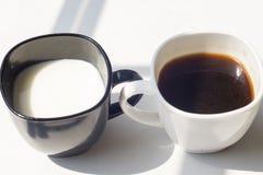 Zwart-witte kop van melk, koffie op natuurlijke achtergrond, hoogste mening Stock Afbeelding