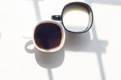 Zwart-witte kop van melk, koffie op natuurlijke achtergrond, hoogste mening Stock Foto