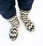 Zwart-witte laarzen in verse sneeuw Royalty-vrije Stock Foto