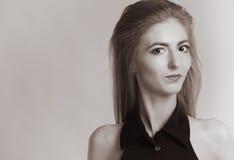 Zwart-witte manierfoto van mooie sexy vrouw stock foto