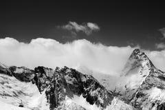 Zwart-witte mening bij de skitoevlucht bij de sneeuwwinter Royalty-vrije Stock Foto's