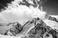 Zwart-witte mening bij de skitoevlucht in de sneeuwwinter Stock Afbeelding