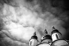 Zwart-witte mening over hemel en het Kremlin in Tobolsk stock foto's