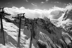 Zwart-witte mening over kabelwagen bij skitoevlucht en bergen Royalty-vrije Stock Fotografie