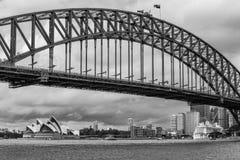 Zwart-witte mening van Sydney van de binnenstad die van het pretparkgebied wordt gezien, Nieuw Zuid-Wales, Australië stock fotografie