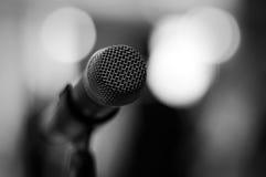 Zwart-witte microfoon - Royalty-vrije Stock Afbeeldingen