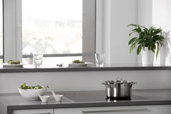 Zwart-witte moderne keuken met modieus meubilair Royalty-vrije Stock Foto's