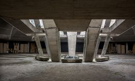 Zwart-witte monumentale steenmuur en geometrische schaduw op concrete platen Stock Afbeelding