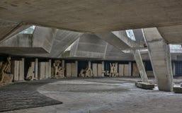 Zwart-witte monumentale steenmuur en geometrische schaduw op concrete platen Royalty-vrije Stock Afbeelding
