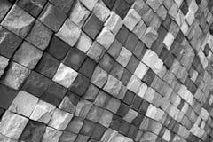 Zwart-witte muur van wilde steen in verschillend rassenbarrière met een patroon royalty-vrije stock fotografie