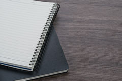 Zwart-witte notitieboekjestapel op de houten achtergrond Royalty-vrije Stock Afbeeldingen