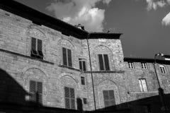 Zwart-witte oude gebouwen in kleine stad Royalty-vrije Stock Afbeeldingen
