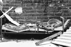 Zwart-witte oude gebroken stoel stock afbeelding