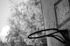 Zwart-witte oude roestige basketbalhoepel royalty-vrije stock afbeelding