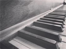 Zwart-witte pianosleutels stock foto