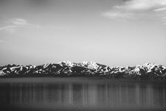 Zwart-witte Rotsachtige die bergen in Great Salt Lake worden weerspiegeld Royalty-vrije Stock Foto's