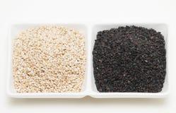 Zwart-witte sesamzaden stock afbeeldingen