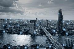 Zwart-witte slimme stad met netwerkverbindingen Stock Afbeelding