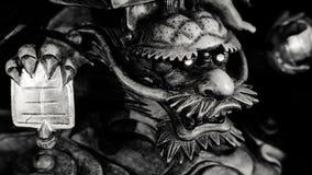 Zwart-witte stijl van Chinees Dragon Statue onder voet van het standbeeld van Guanyin Boedha met lichte donkere achtergrond Royalty-vrije Stock Foto
