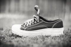 Zwart-witte Tennisschoen Stock Foto