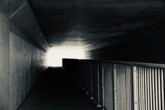 Zwart-witte Tunnelomheining en Licht stock fotografie