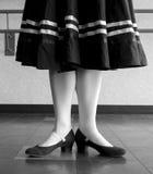 Zwart-witte versie van Eerste positie prep in de dans van het karakterballet Royalty-vrije Stock Afbeeldingen
