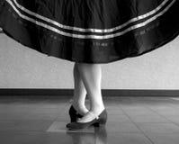 Zwart-witte versie van Karakterballet, vijfde positie met gehouden rok Stock Foto