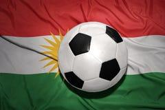 Zwart-witte voetbalbal op de nationale vlag van Koerdistan Royalty-vrije Stock Afbeeldingen