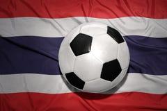 Zwart-witte voetbalbal op de nationale vlag van Thailand Stock Afbeeldingen