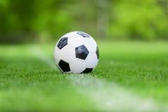 Zwart-witte voetbalbal op het gebied royalty-vrije stock fotografie