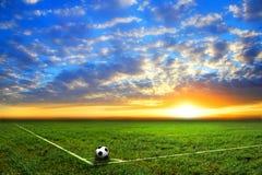 Zwart-witte voetbalbal op het gebied Royalty-vrije Stock Afbeeldingen