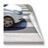 Zwart-witte voetgangersoversteekplaats met witte auto op achtergrond - krul en schaduwontwerp royalty-vrije illustratie