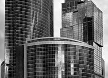 Zwart-witte wolkenkrabber Stock Foto's