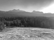 Zwart-witte Zonsondergang die neer boven Tioga-Pas kijken stock fotografie
