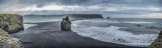 Zwart zand van Reynisdrangur-strand dichtbij Vik, IJsland Stock Afbeeldingen